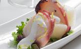 Brocheta de pulpo y melón con aceite cítrico