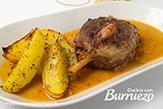 Codillo de cerdo en salsa, guisado en olla rápida, con patatas gajo asadas
